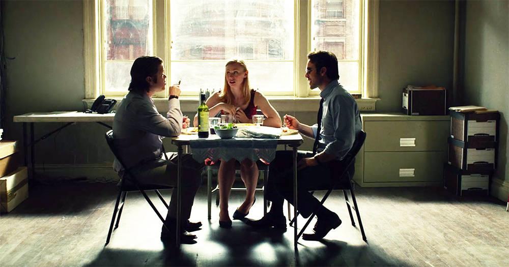 Cena com os três personagens: Foggy Nelson, Karen Page e Matt Murdock.