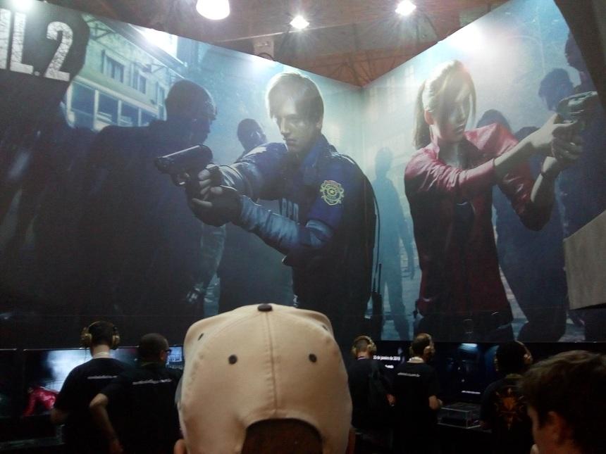 Imagem do estande que mostra Leon e Clare
